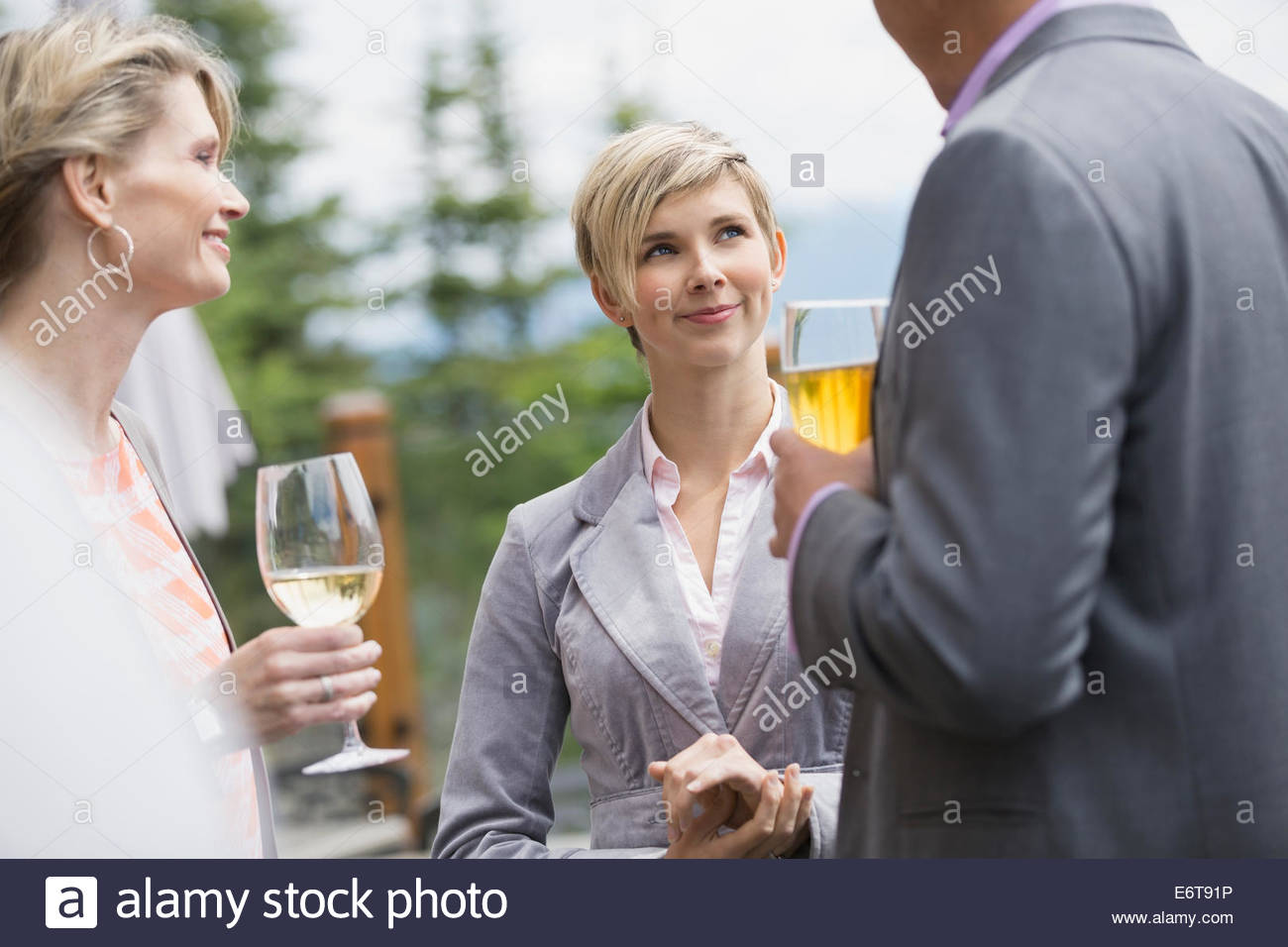 Business people talking at networking event Banque D'Images
