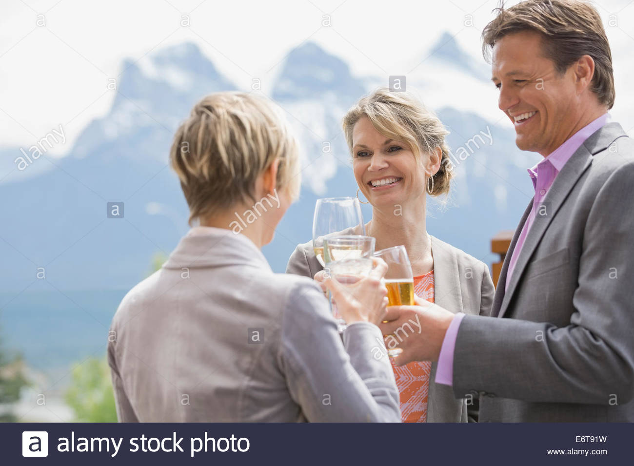 Les gens d'affaires toasting each other at networking event Photo Stock
