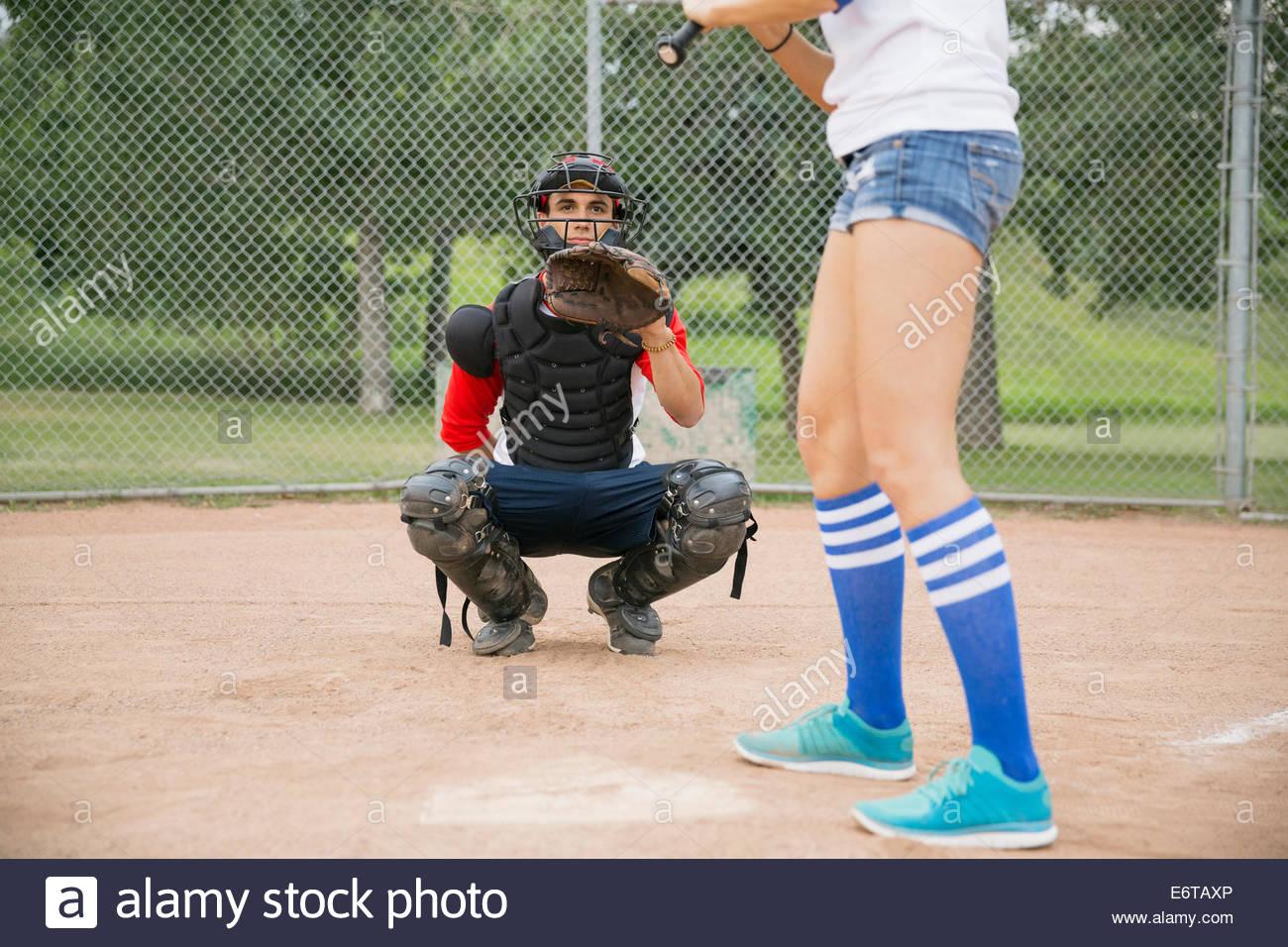 Catcher prêt pour bal à plaque d'accueil Photo Stock