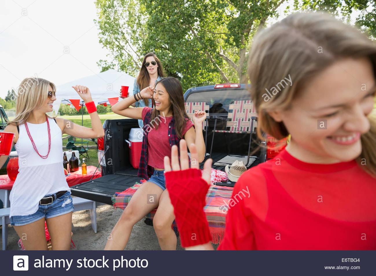 Les femmes de porte arrière dans la zone barbecue Photo Stock