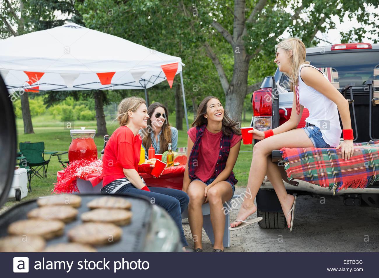 Des femmes qui parlent au barbecue dans la zone de la porte arrière Photo Stock