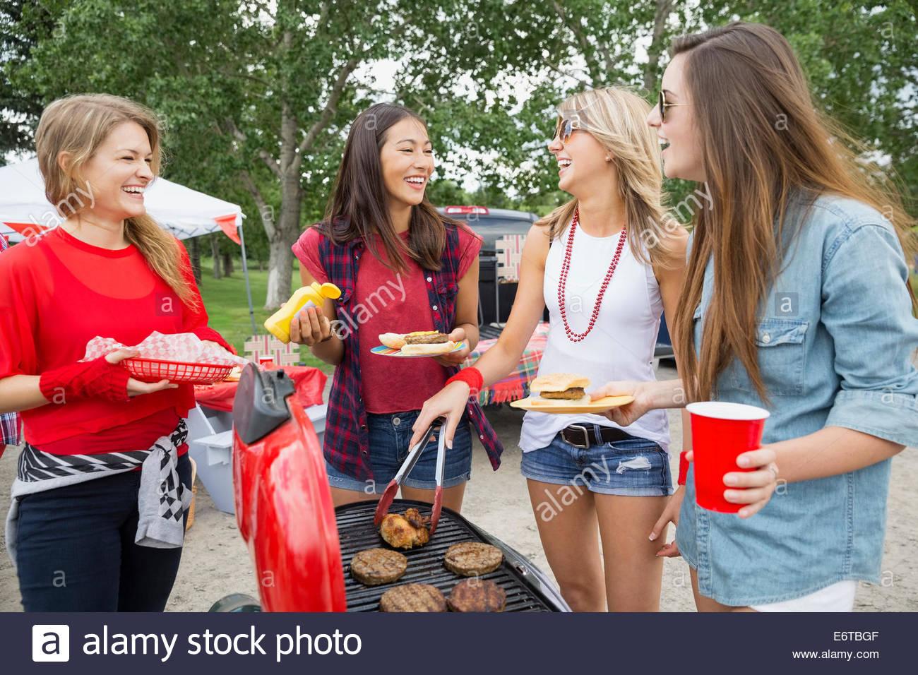 Cuisson au barbecue femmes hayon au champ Photo Stock