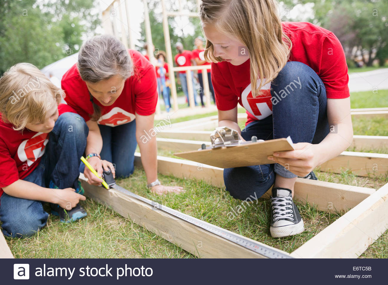 Mesurer avec châssis construction bénévoles ruban de mesure Photo Stock
