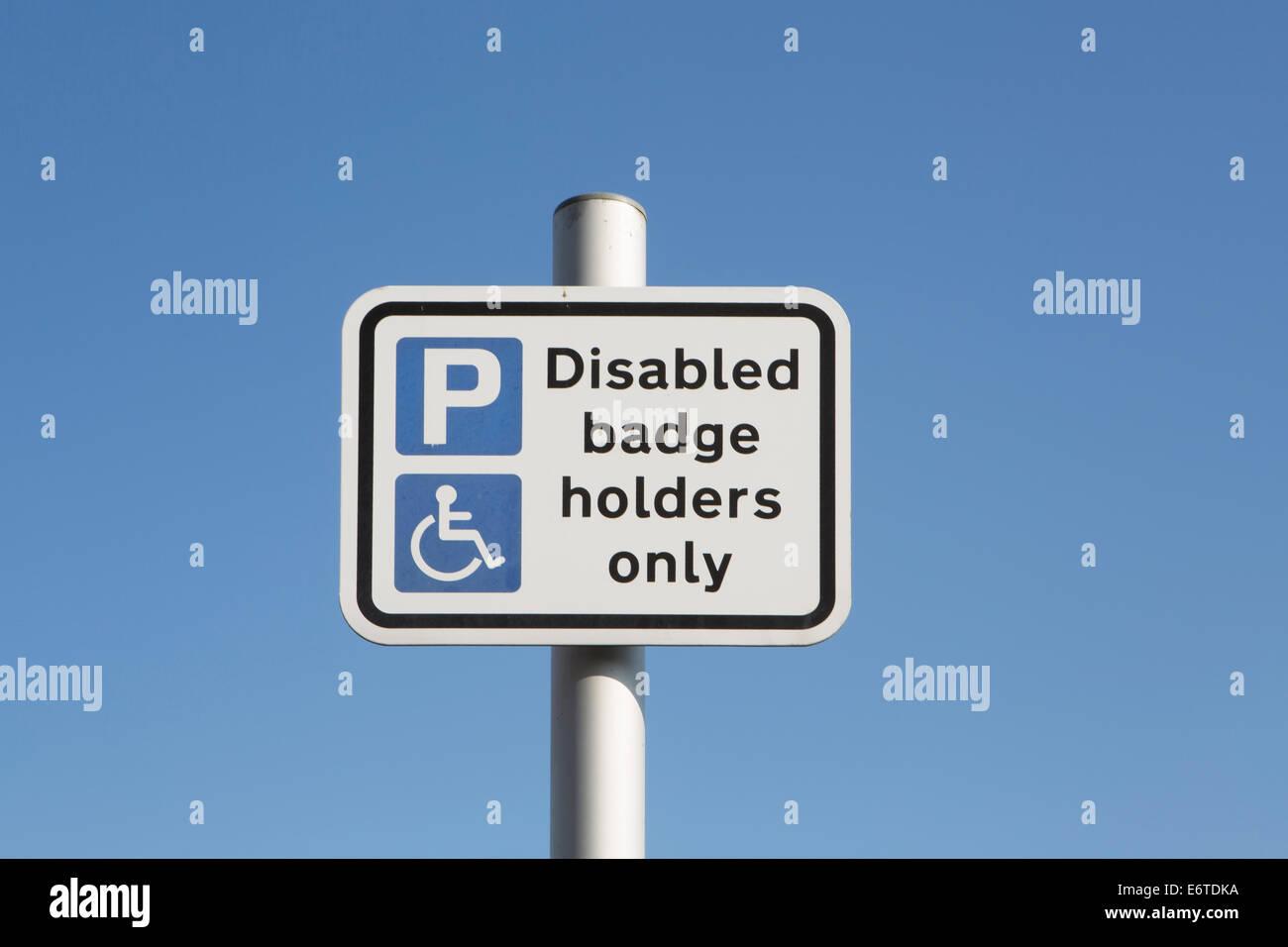 Un parking sign pour personnes handicapées Photo Stock