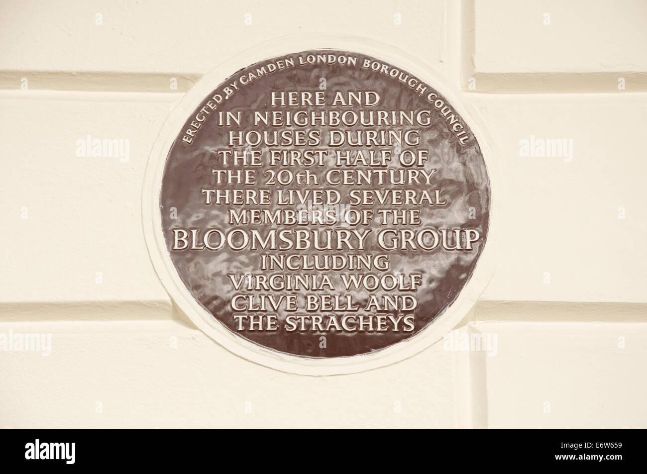 Une plaque en céramique à 50 Gordon Square, à Camden, qui était à la maison à plusieurs membres du Bloomsbury group, y compris Virginia Woolf. Londres, Angleterre. Banque D'Images