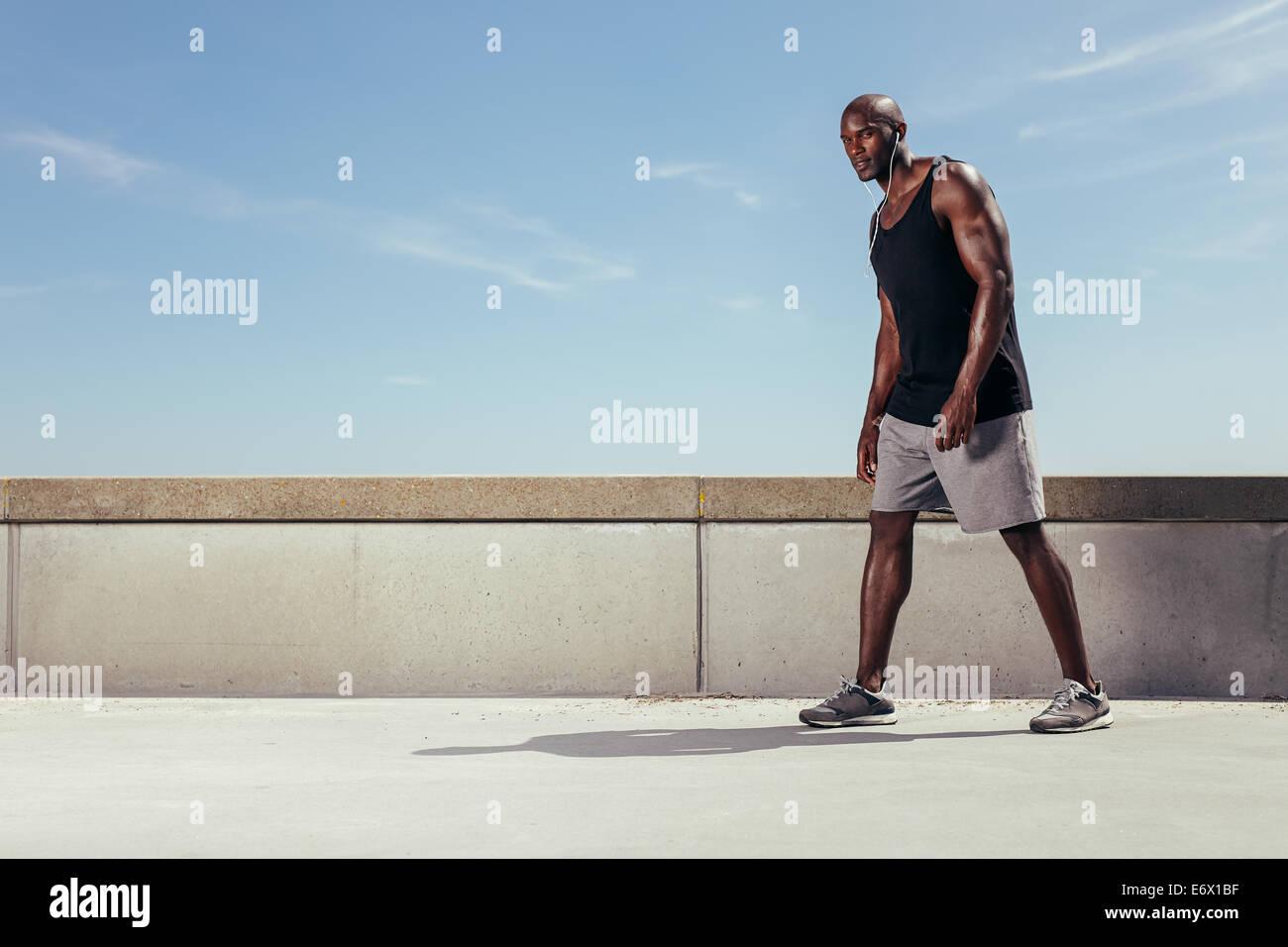 Portrait de jeune homme à l'extérieur prêt pour sa prochaine course. Strong et fit young African Photo Stock