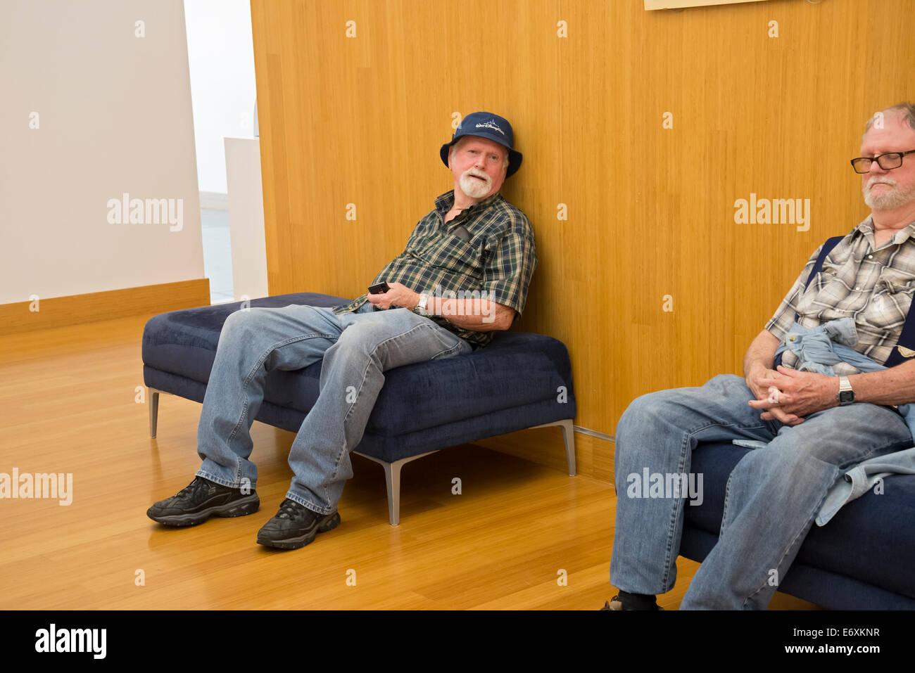 Deux hommes fatigués après une journée de visite du musée. Photo Stock