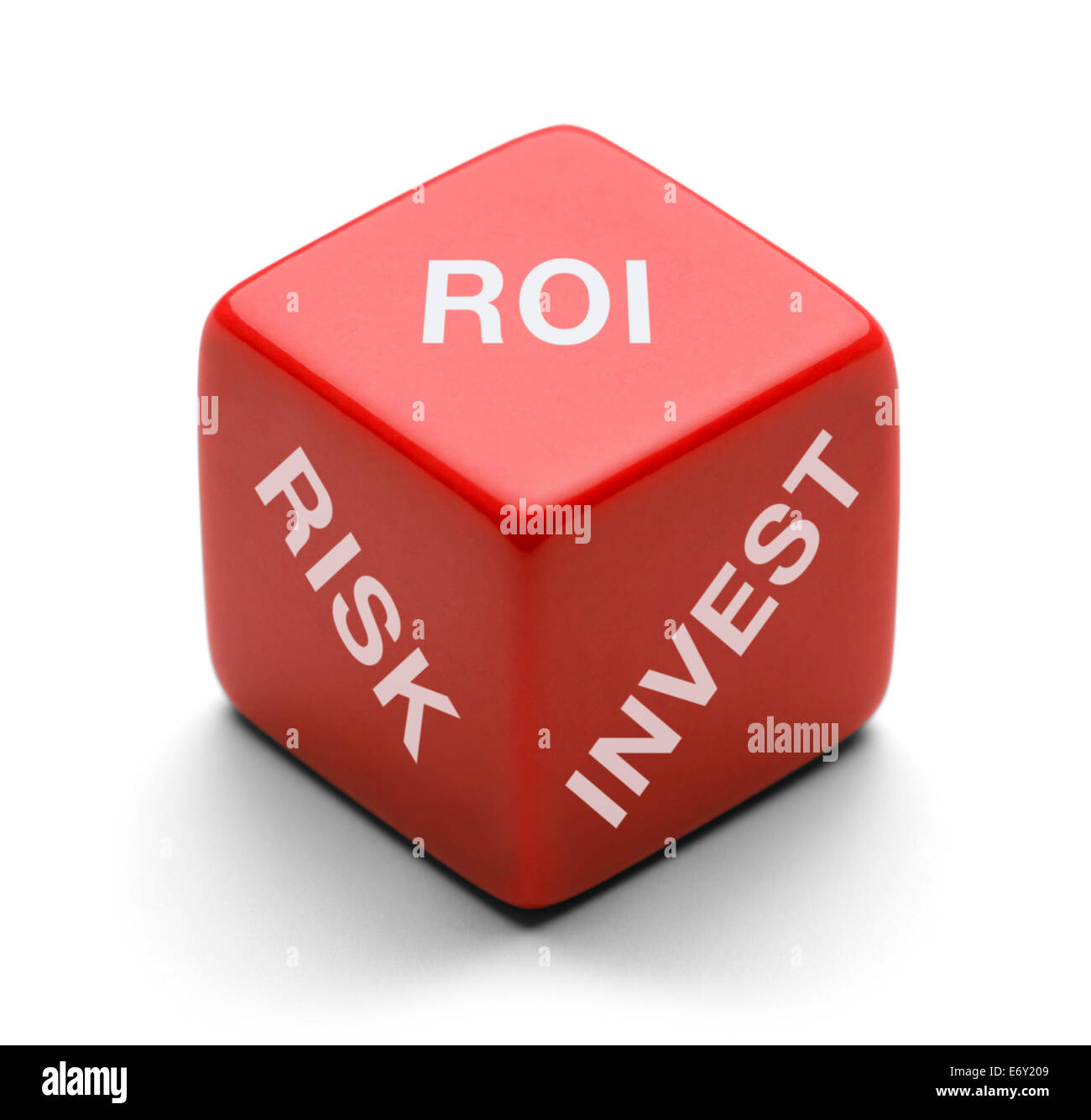 Red Dice avec le risque, d'investir et de ROI sur elle isolé sur fond blanc. Photo Stock