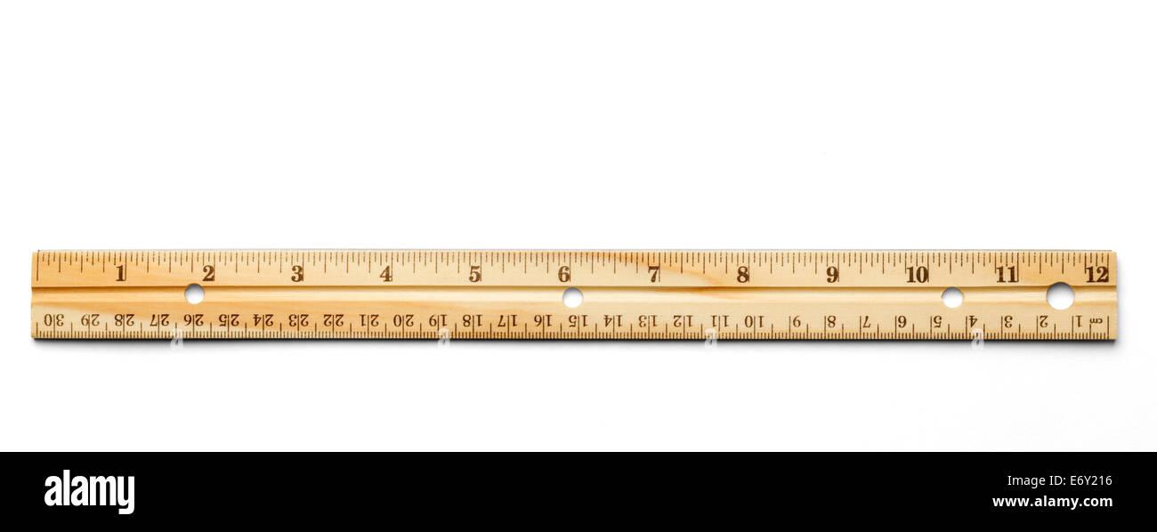 La règle classique en bois isolé sur un fond blanc. Photo Stock