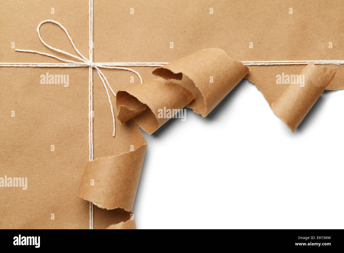 Colis de papier brun avec corde à ouvrir, sur fond blanc. Banque D'Images