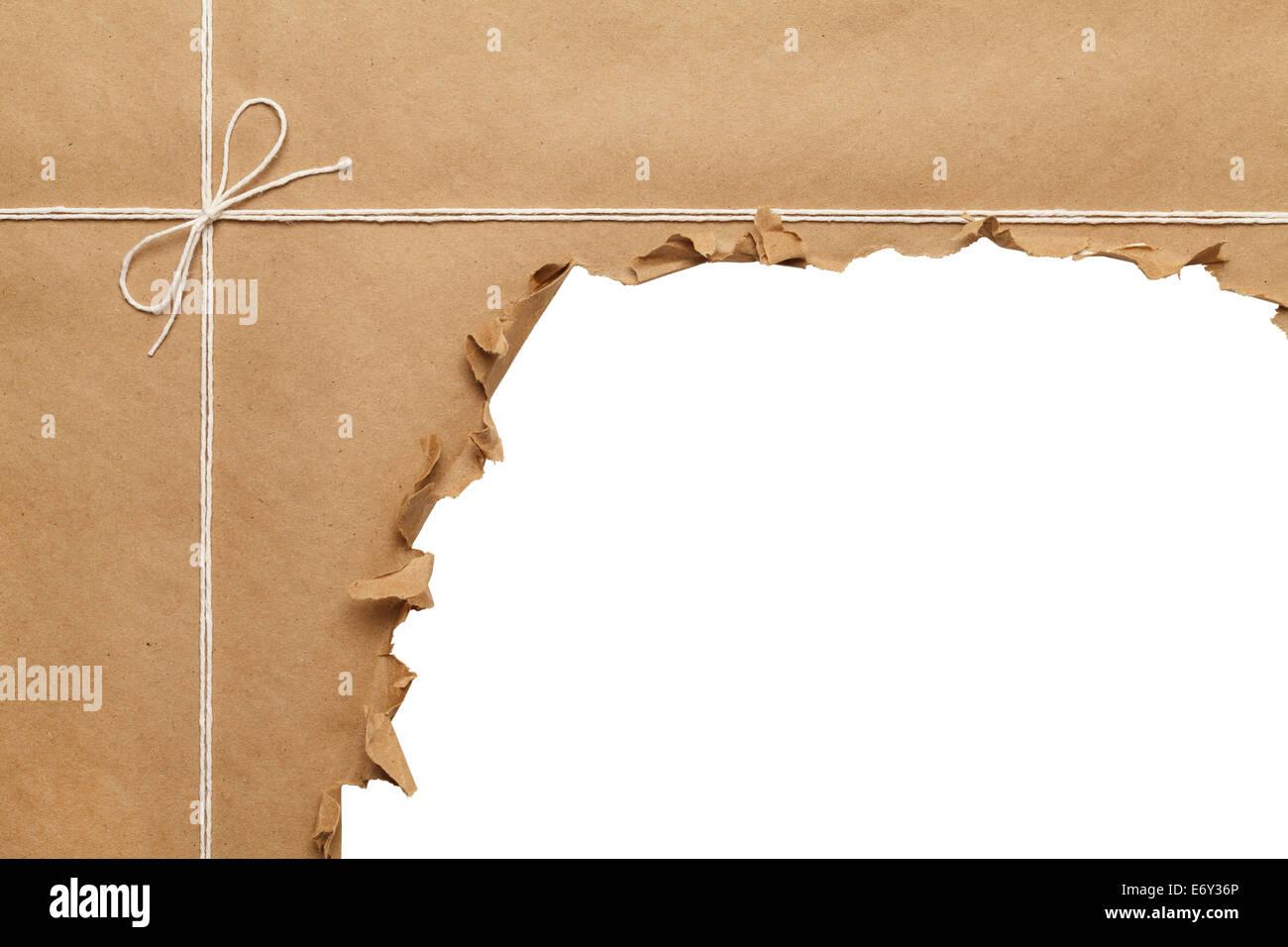 L'emballage du papier marron avec corde à ouvrir, sur fond blanc. Banque D'Images