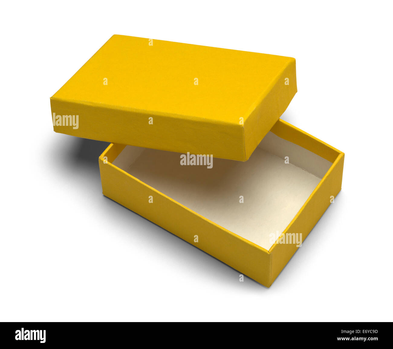 Ouvrez la boîte de bijoux jaune isolé sur fond blanc. Photo Stock