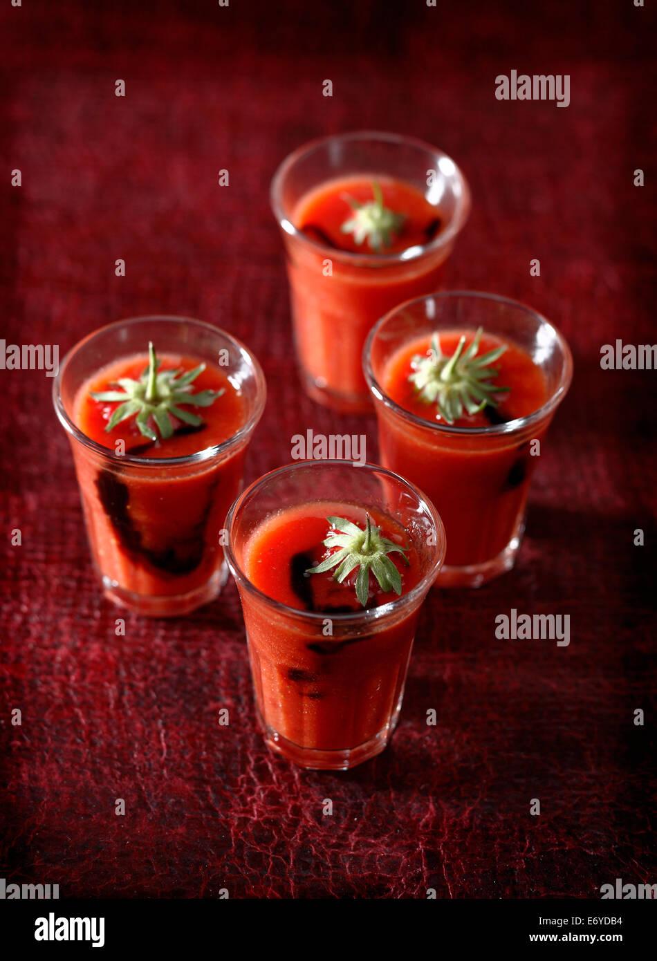 La tomate et jus de fraises avec vinaigar balsamique Photo Stock
