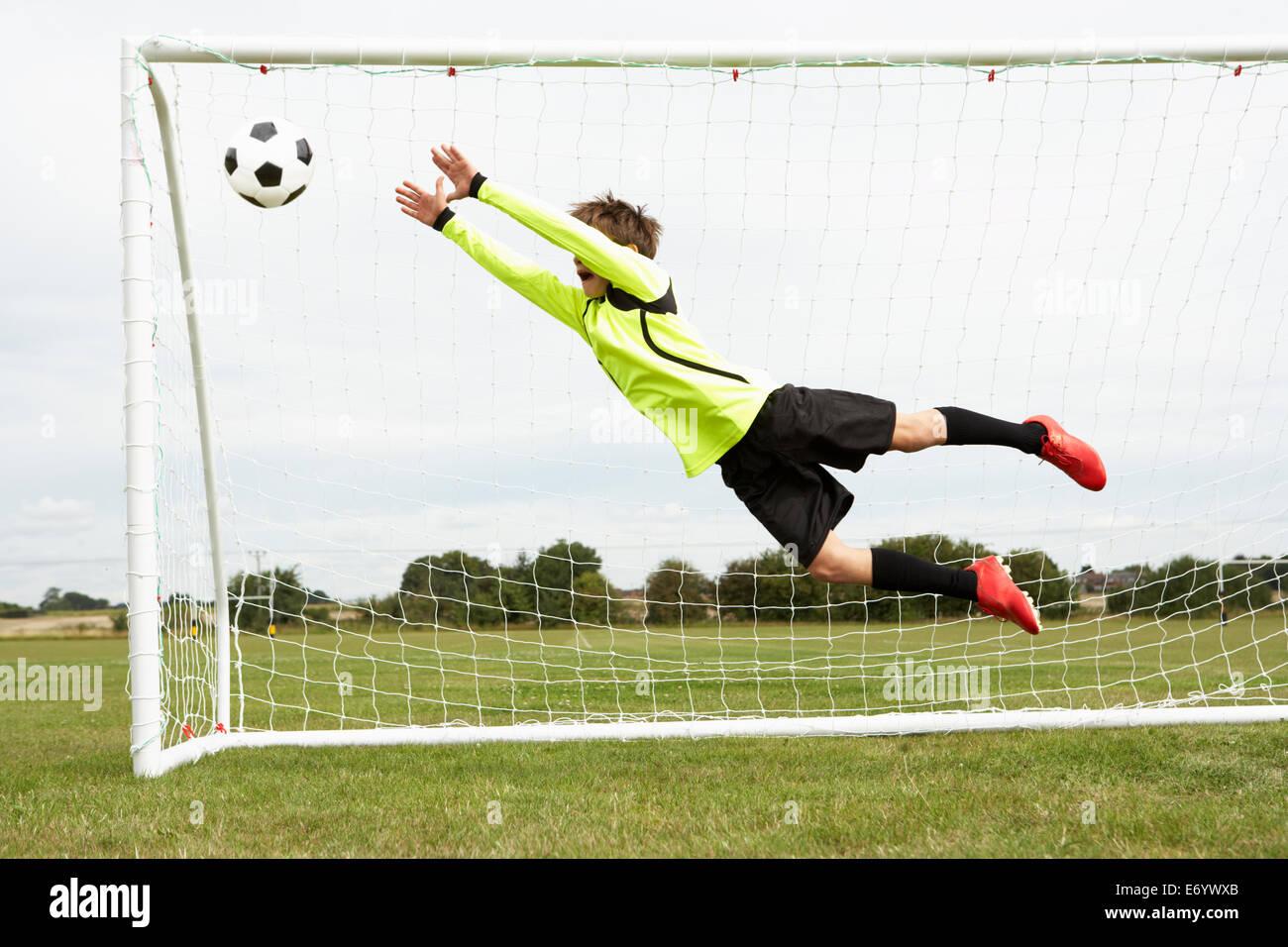 Gardien de garçon sautant pour enregistrer objectif Photo Stock