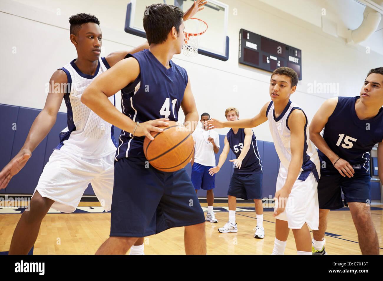 L'équipe de basket-ball de lycée pour les garçons, joue une partie de Photo Stock