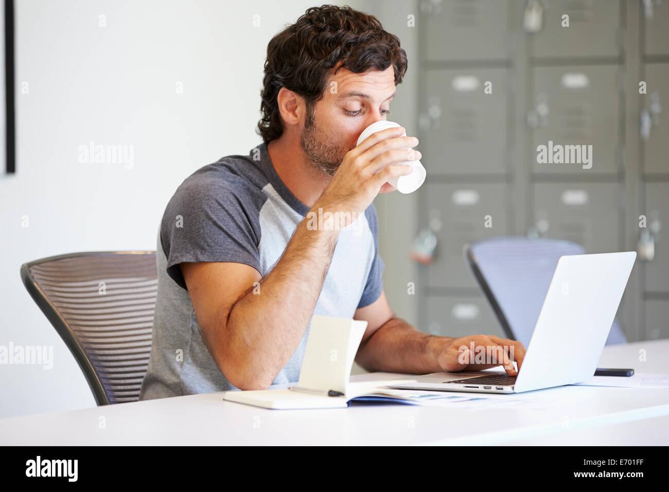Habillé décontracté Homme travaillant dans Design Studio Photo Stock