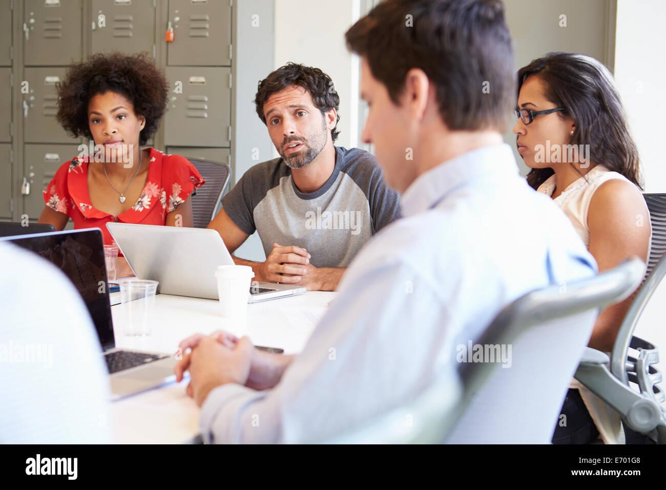 Réunion des concepteurs pour discuter de nouvelles idées Photo Stock