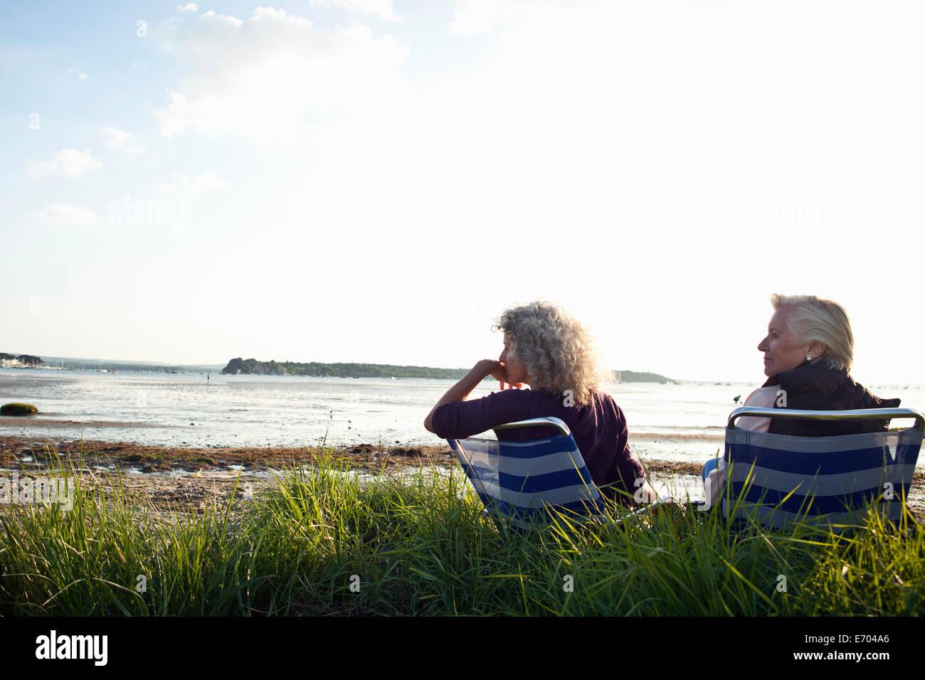 Mère et fille enjoying view on beach Photo Stock