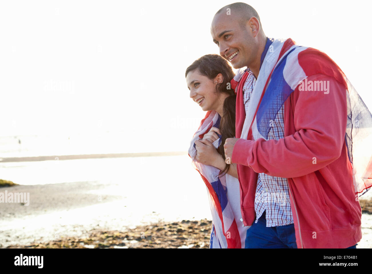 Couple drapeau britannique nous promener sur la plage de Bournemouth, Dorset, UK Photo Stock