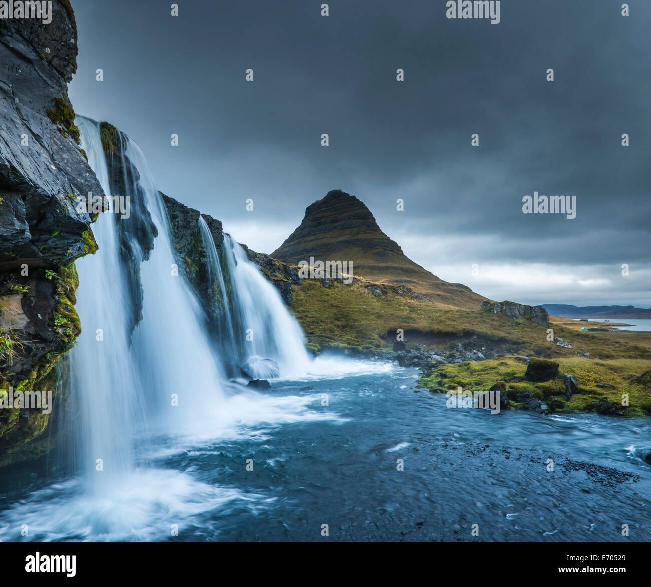 Kirkjufellsfoss cascade, Mt. Kikjufell en arrière-plan, l'Islande, de Snæfellsnes Photo Stock