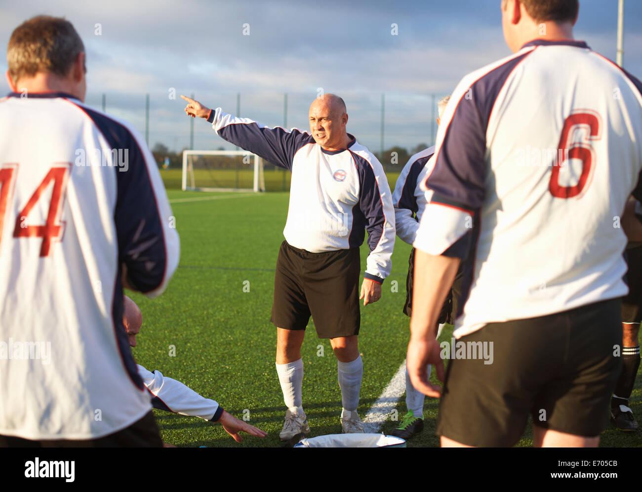 Les joueurs de football à la mi-temps de repos Photo Stock