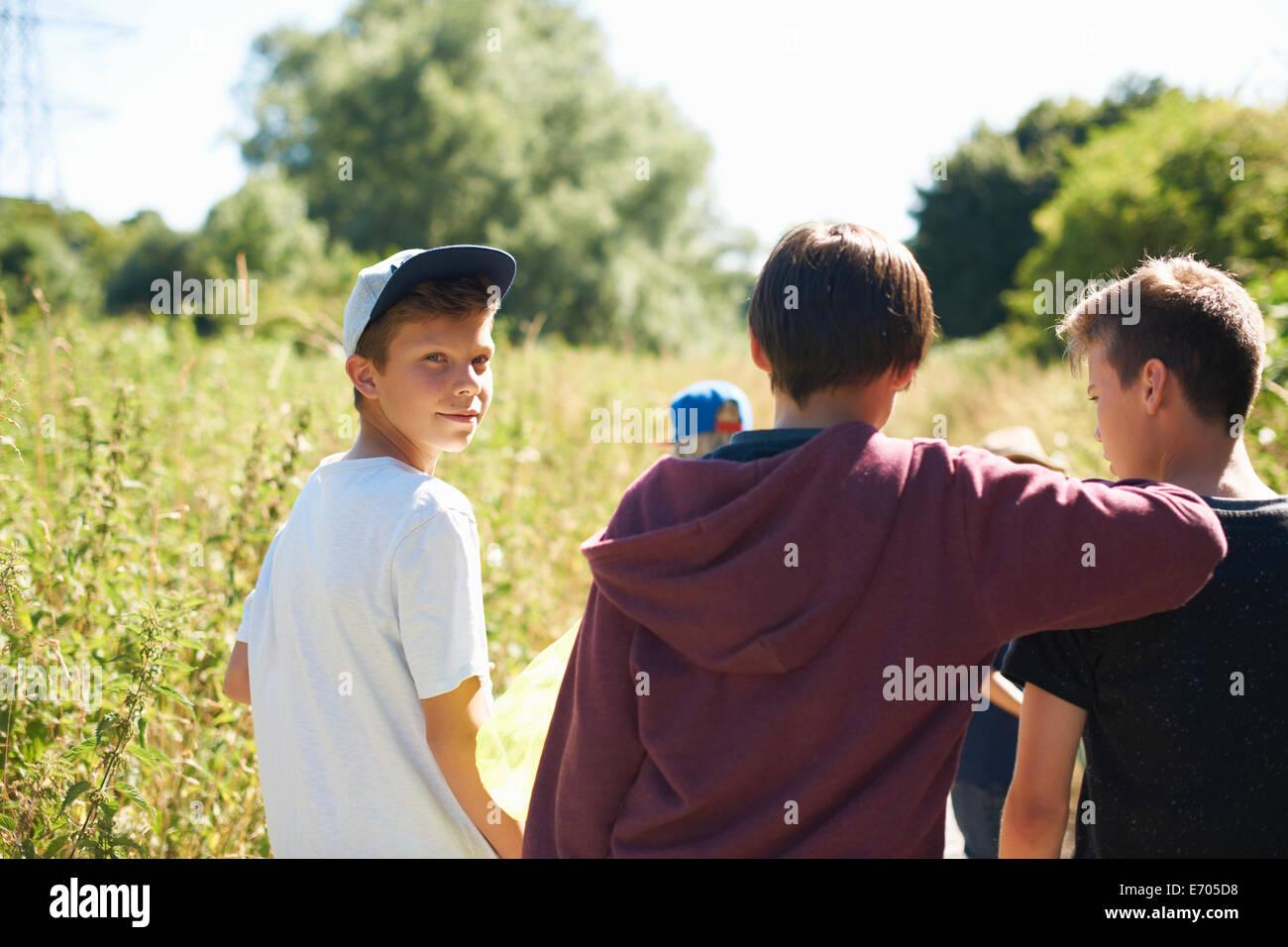 Portrait of boy wearing cap avec des amis Photo Stock