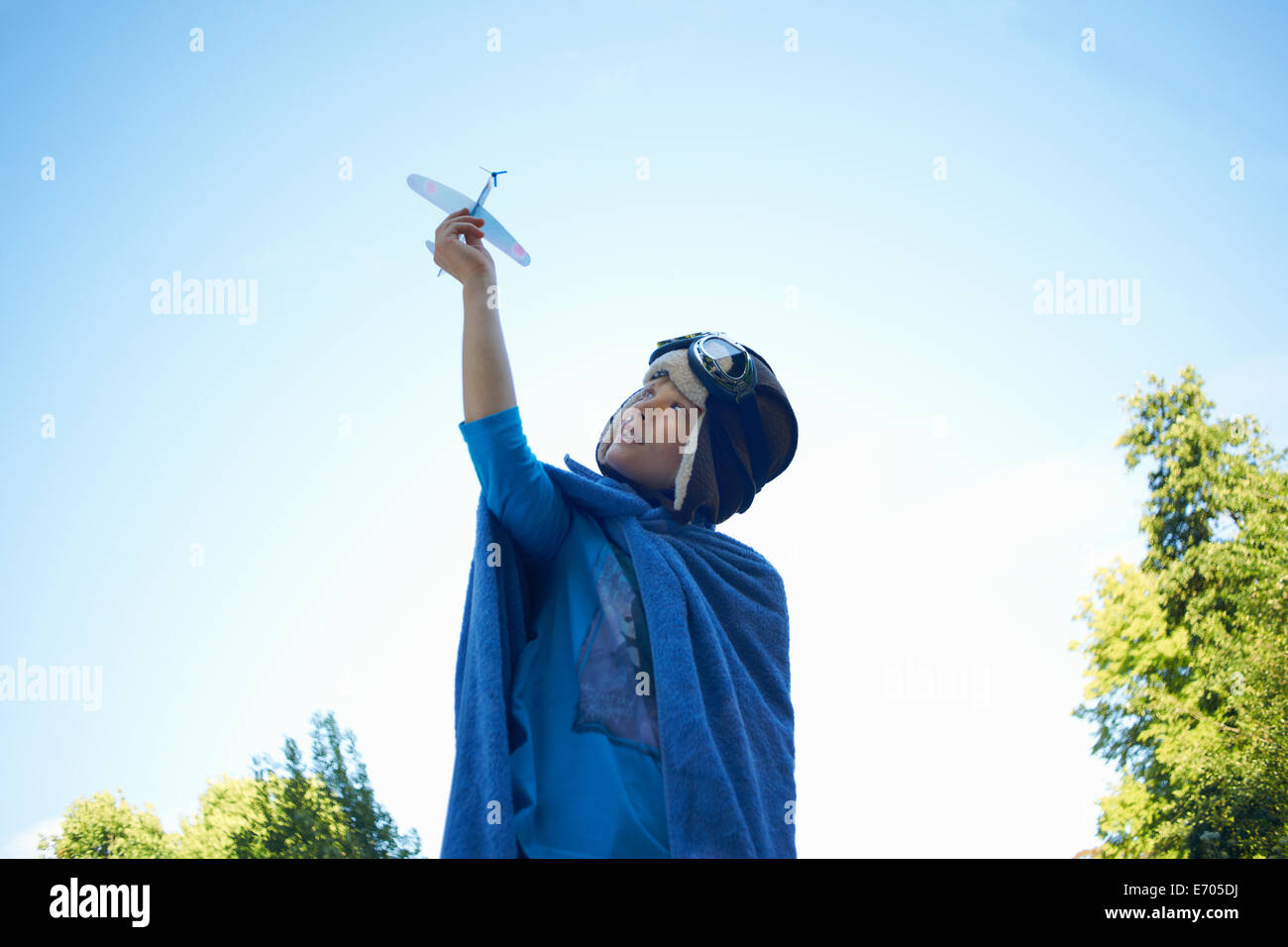 Jeune garçon en robe de soirée, Playing with toy airplane Banque D'Images