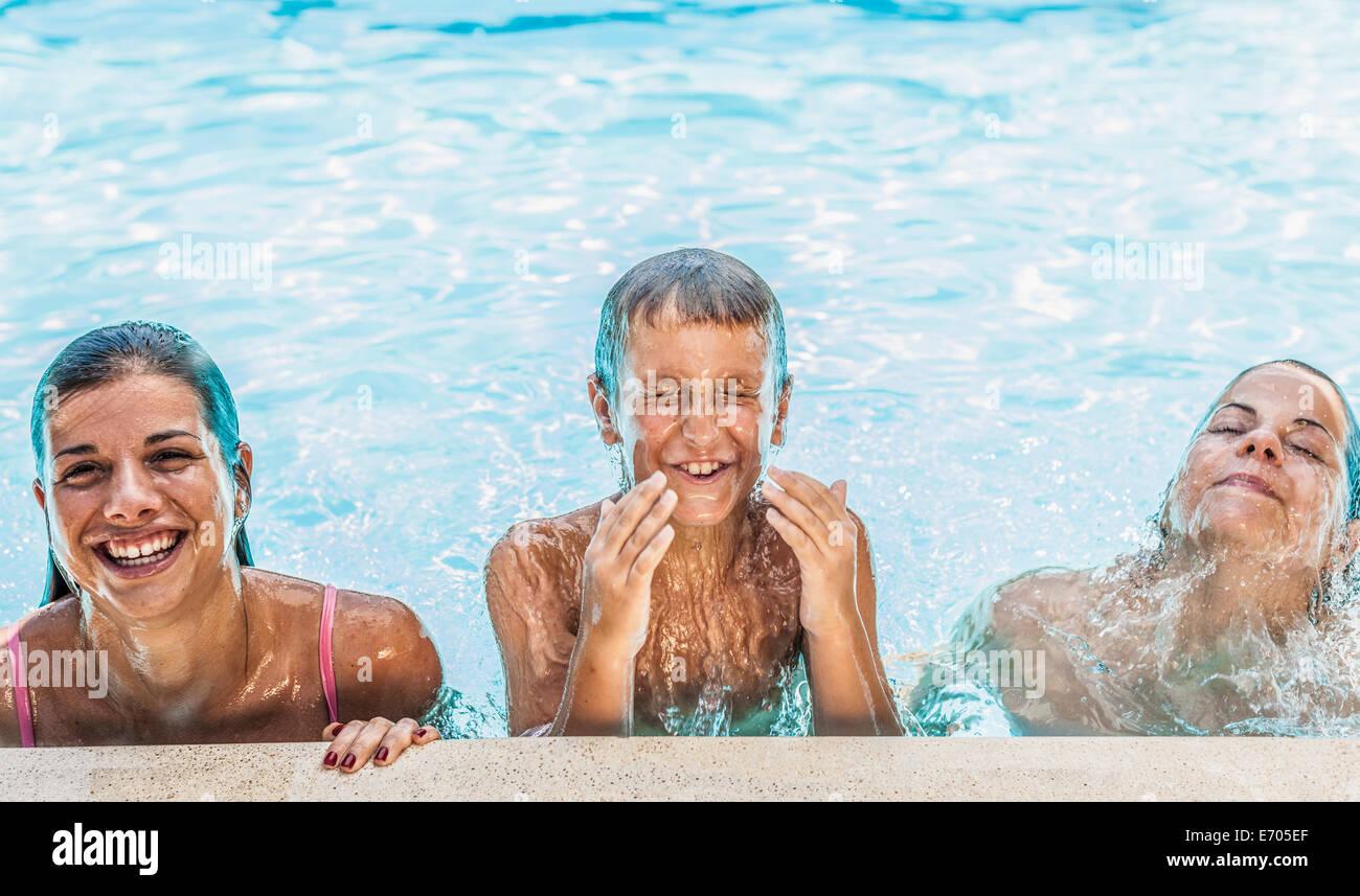Portrait de garçon et deux soeurs en piscine Photo Stock