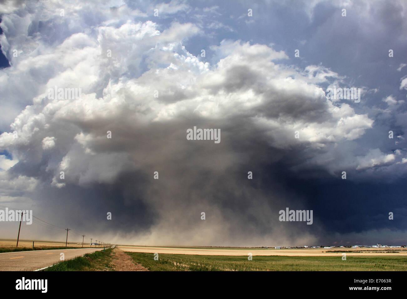 Un orage supercellulaire massive aspire la poussière dans le courant ascendant menant à une violente tempête Photo Stock