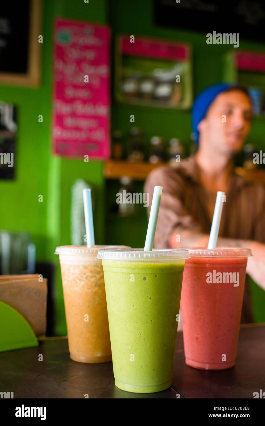 Les smoothies bio sur table in cafe Photo Stock