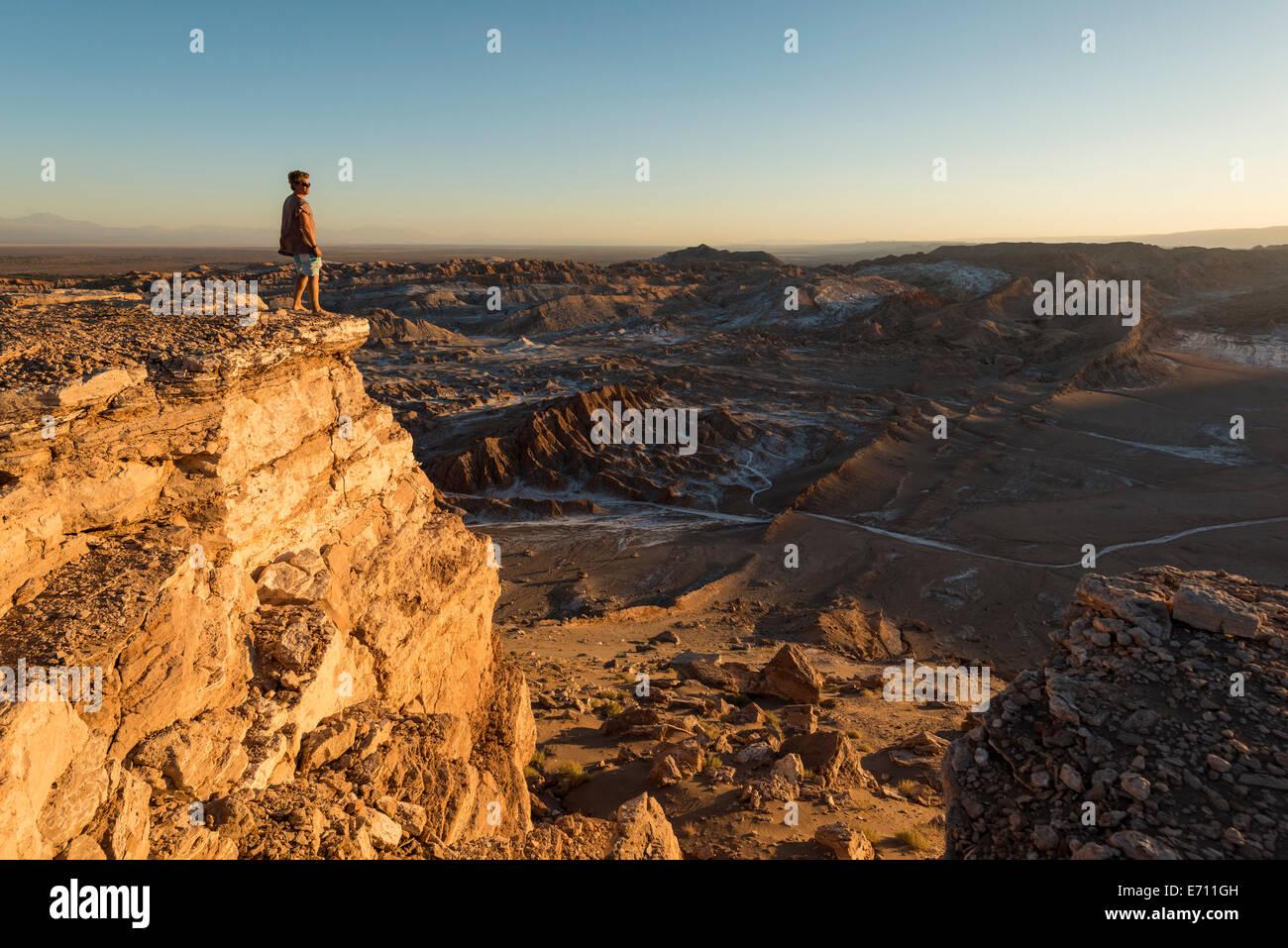 L'homme sur falaise, Valle de la Luna (vallée de la lune), Désert d'Atacama, El Norte Grande, Photo Stock