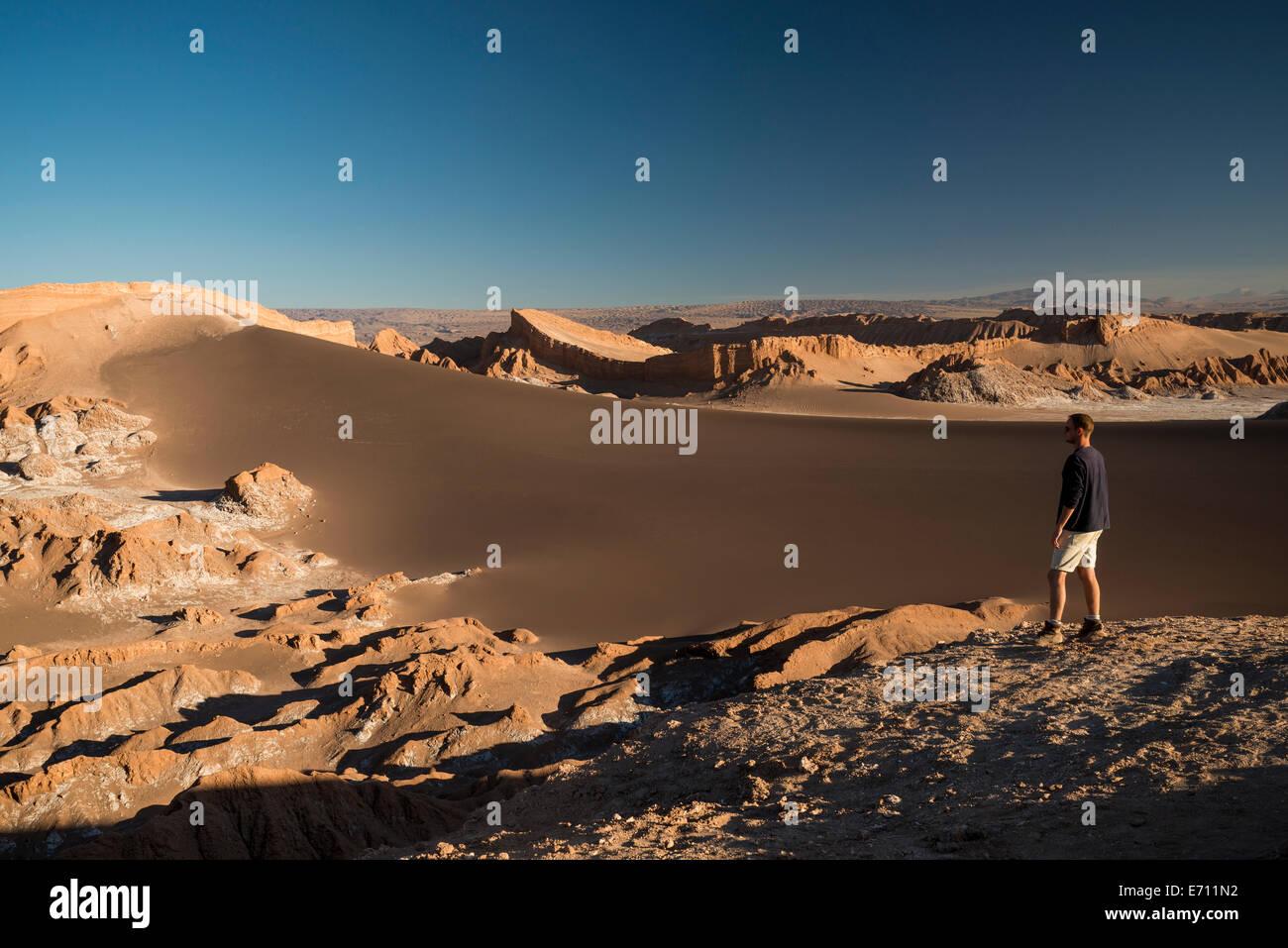 Man enjoying view, Sand Dune Duna (Maire), Valle de la Luna (vallée de la lune), Désert d'Atacama, Photo Stock