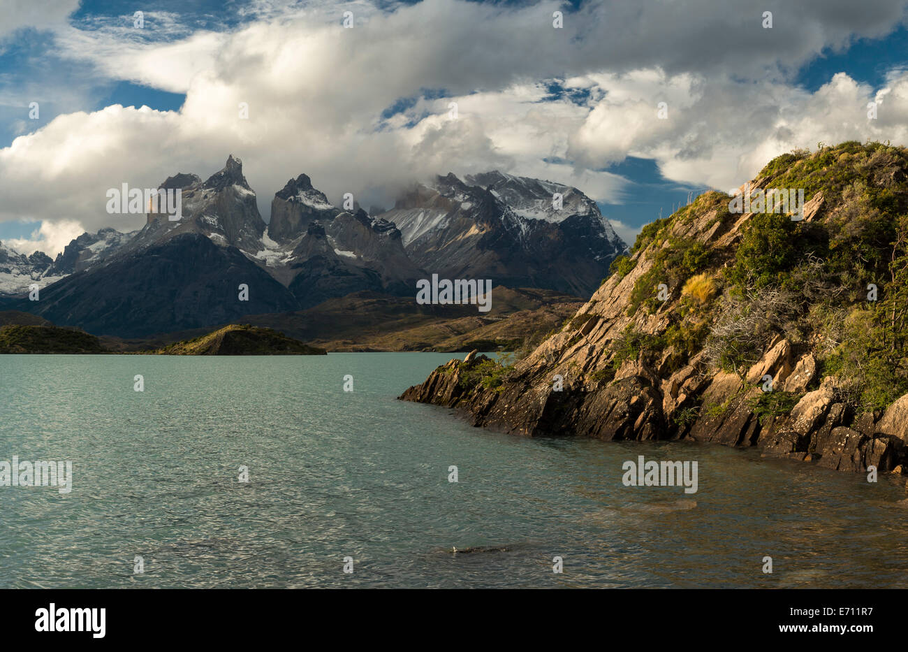 L'aube sur le Lago Pehoe, Parc National Torres del Paine, Patagonie, Chili Banque D'Images