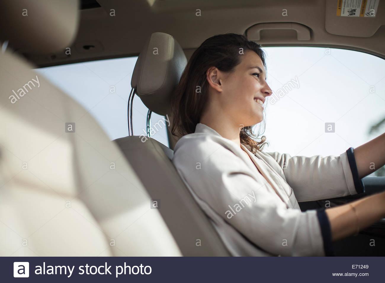 Femme à la roue de voiture Photo Stock