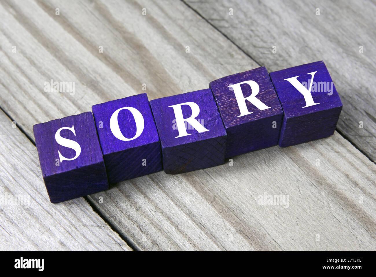 Désolés mot sur les cubes en bois Photo Stock
