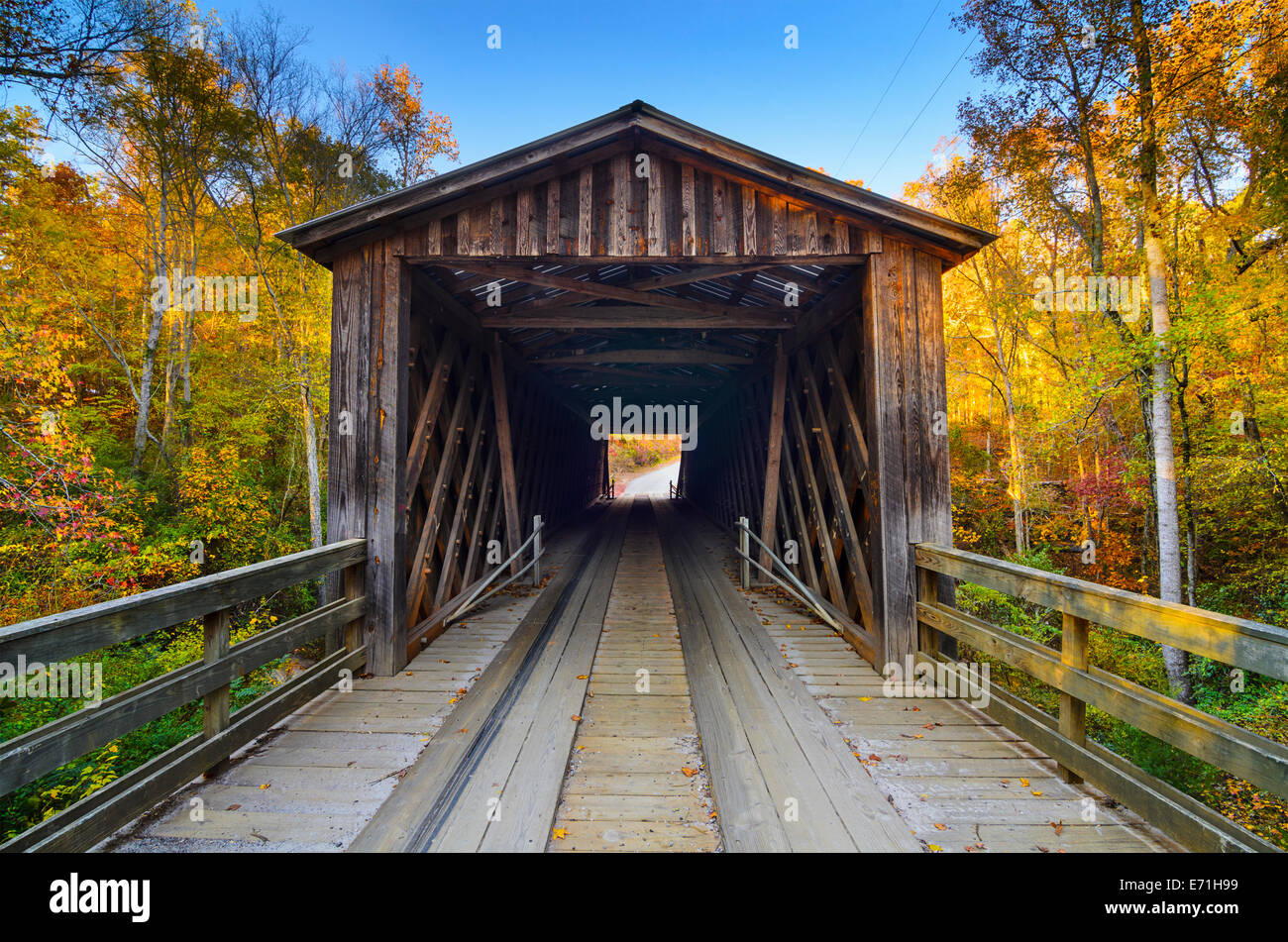 L'ancien pont couvert de la saison d'automne dans la région de Oconee, Georgia, USA. Photo Stock