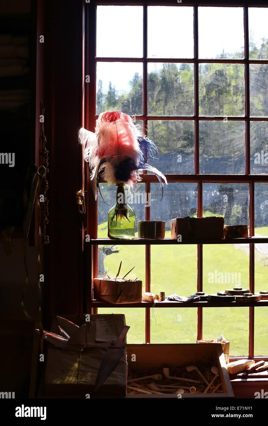 Un vase avec un panache de plumes dans une fenêtre à Grand Portage National Monument Heritage Centre, Photo Stock