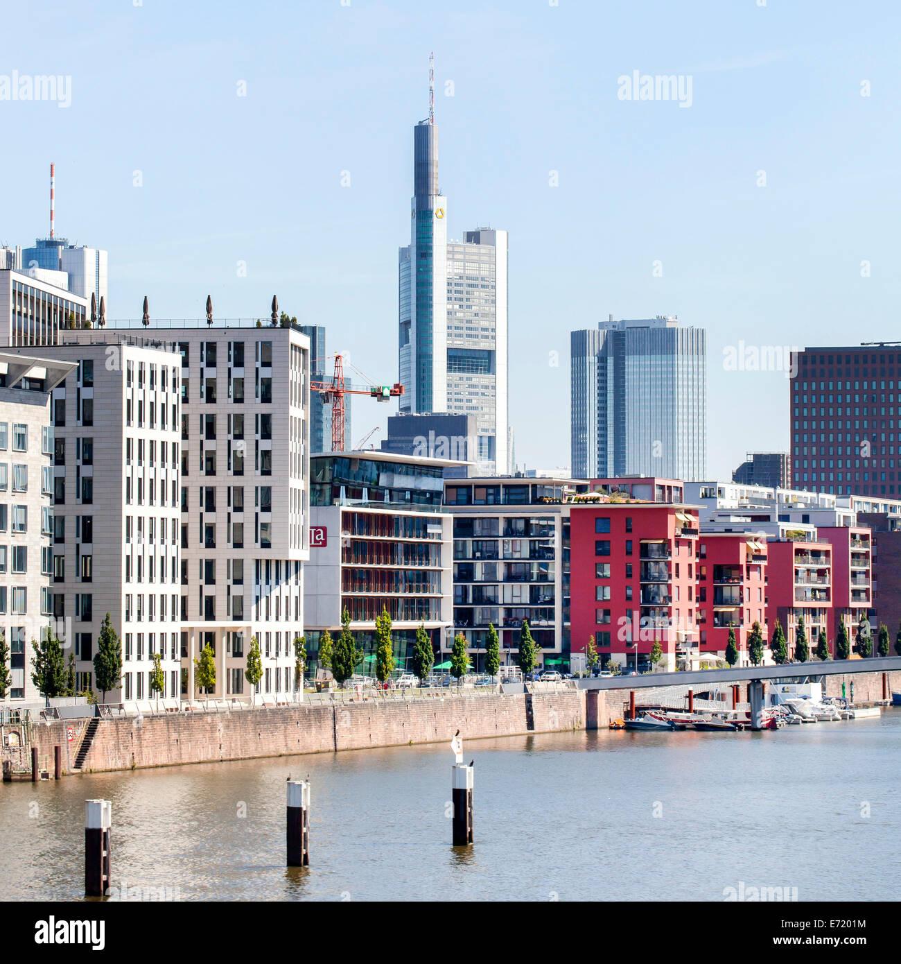 Immeuble résidentiel avec des appartements de luxe au calme sur les Port Ouest, tour de la Commerzbank à Photo Stock