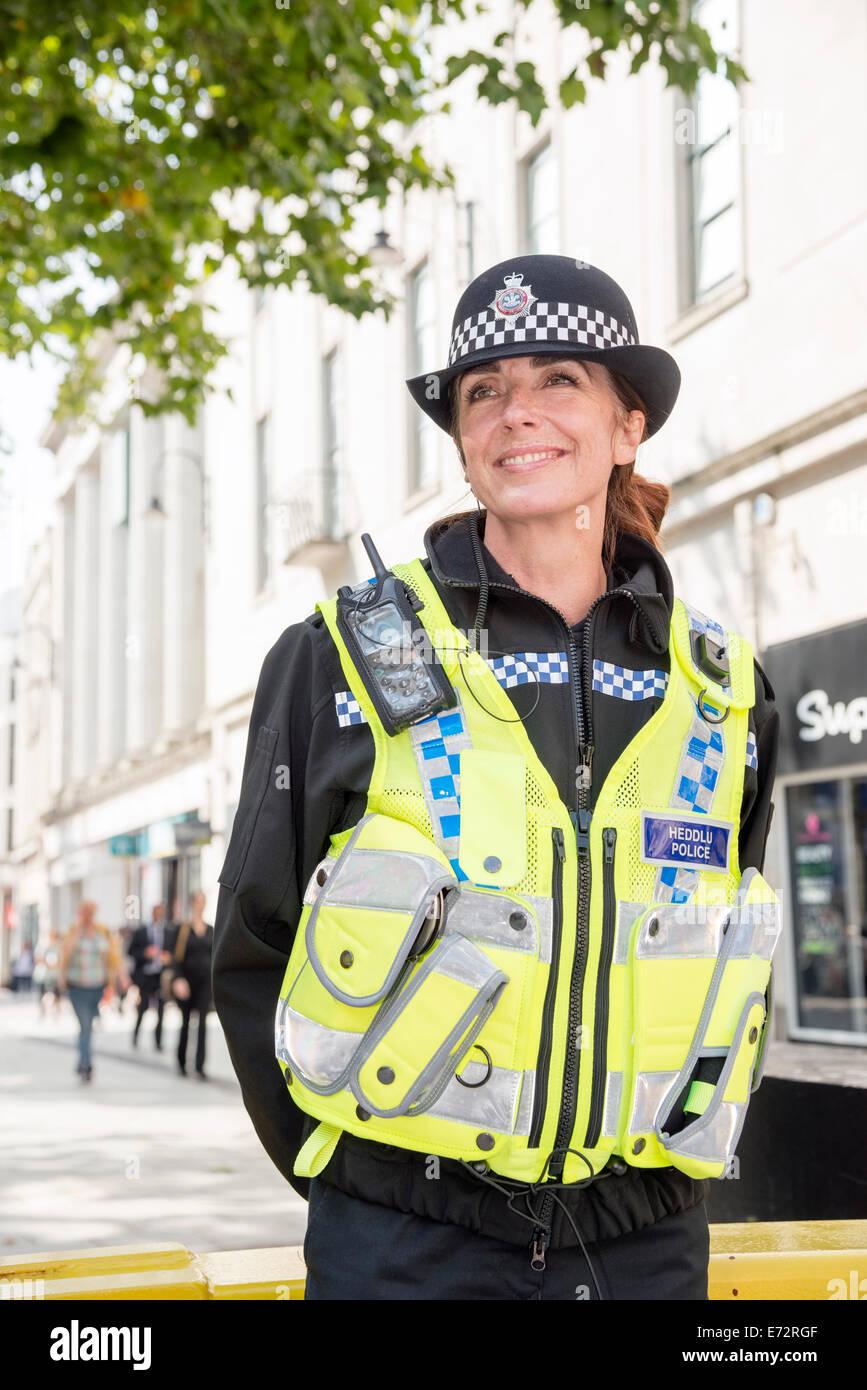 WPC femme agent de police à Cardiff, Pays de Galles, Royaume-Uni. Heddlu la police galloise. Photo Stock