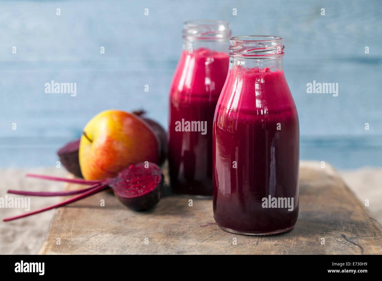 Le jus de pomme et de betterave Photo Stock