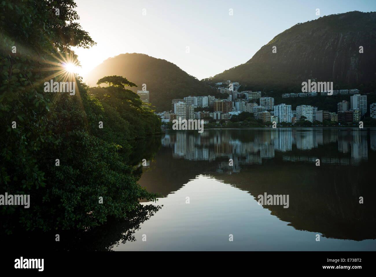 Tôt le matin, la lumière sur la Lagoa Rodrigo de Freitas, Rio de Janeiro, Brésil, Amérique du Photo Stock