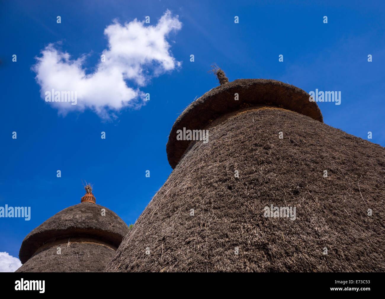 Tribu Konso Maisons traditionnelles avec des pots sur le dessus, Konso, vallée de l'Omo, Ethiopie Banque D'Images