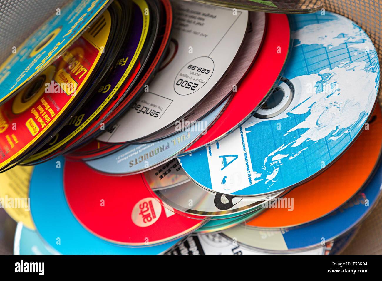 Des tas de vieux CD-ROM disques du logiciel libre avec la presse informatique pour élimination Photo Stock
