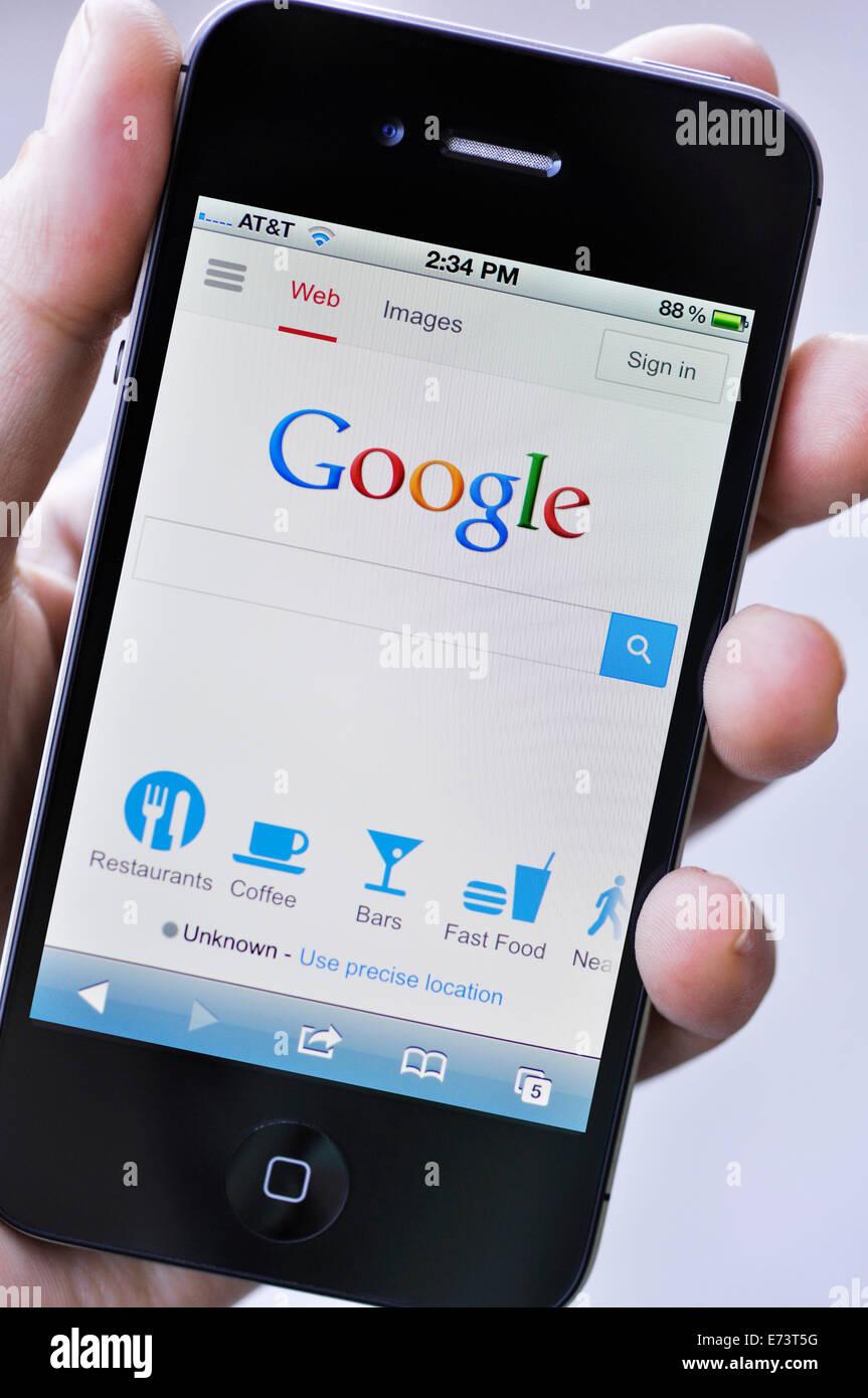 Montrant L Ecran De L Iphone Site Web Moteur De Recherche Google Photo Stock Alamy