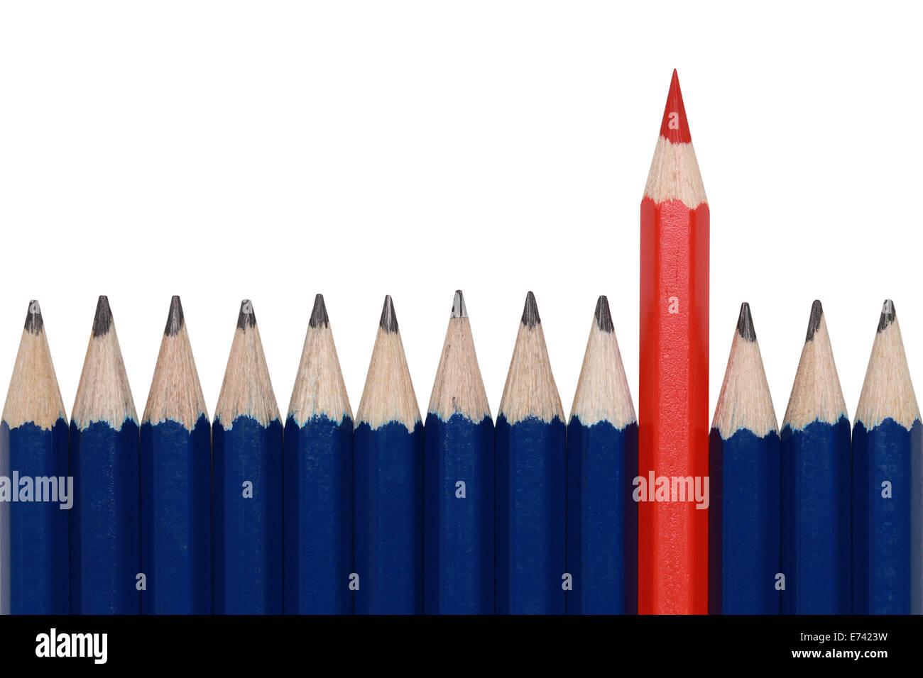 Crayons bleu et un crayon rouge se démarquer de la foule. Isolé sur blanc. Photo Stock