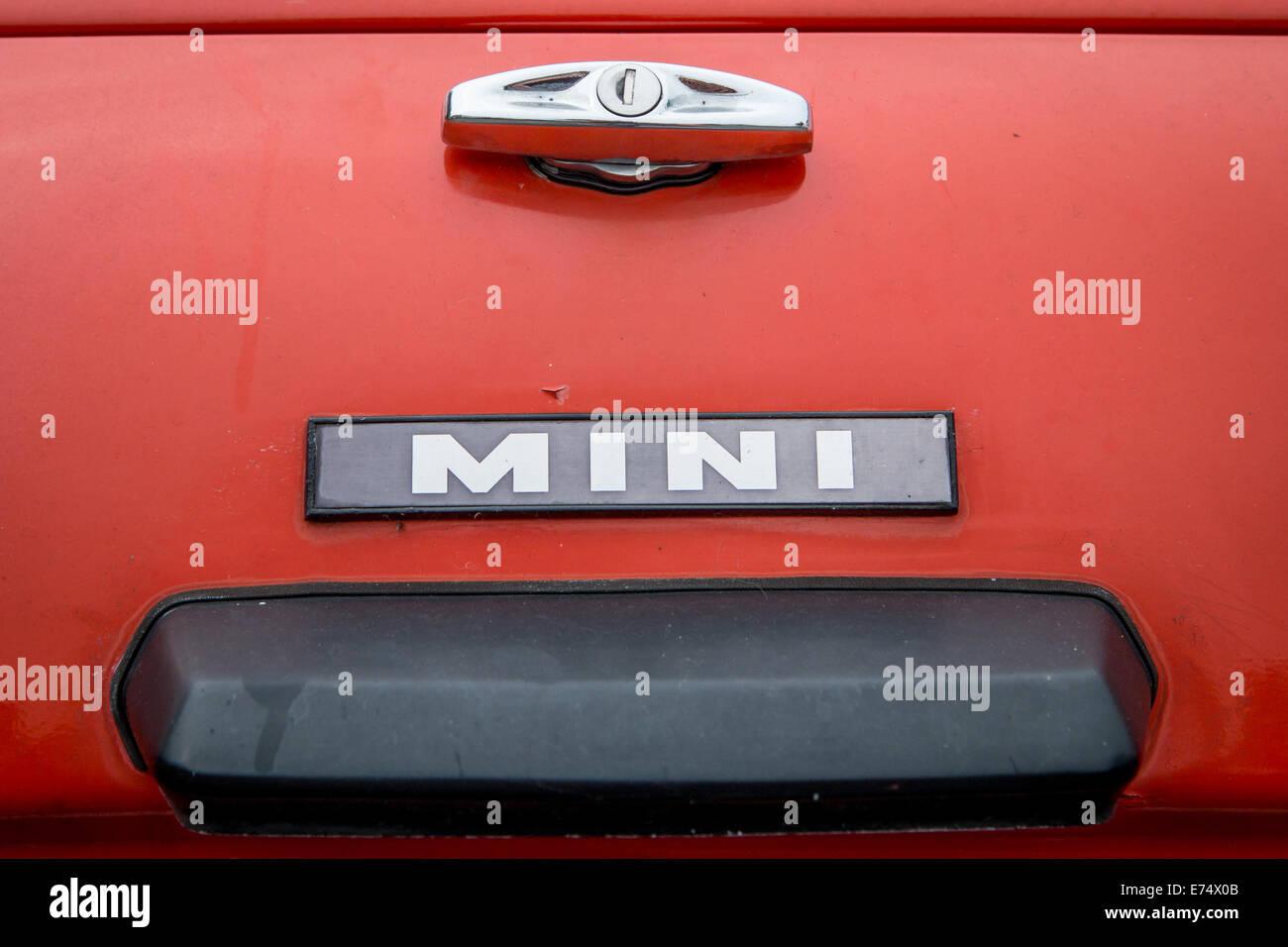 Le mot mini à l'arrière d'une voiture Photo Stock