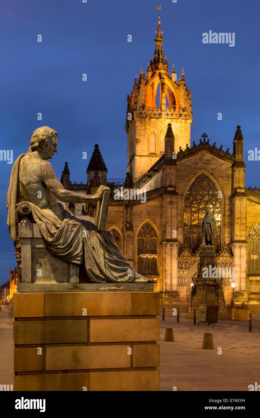 Crépuscule vue vers le bas du Royal Mile avec la Cathédrale Saint-Gilles et statue du philosophe écossais Photo Stock