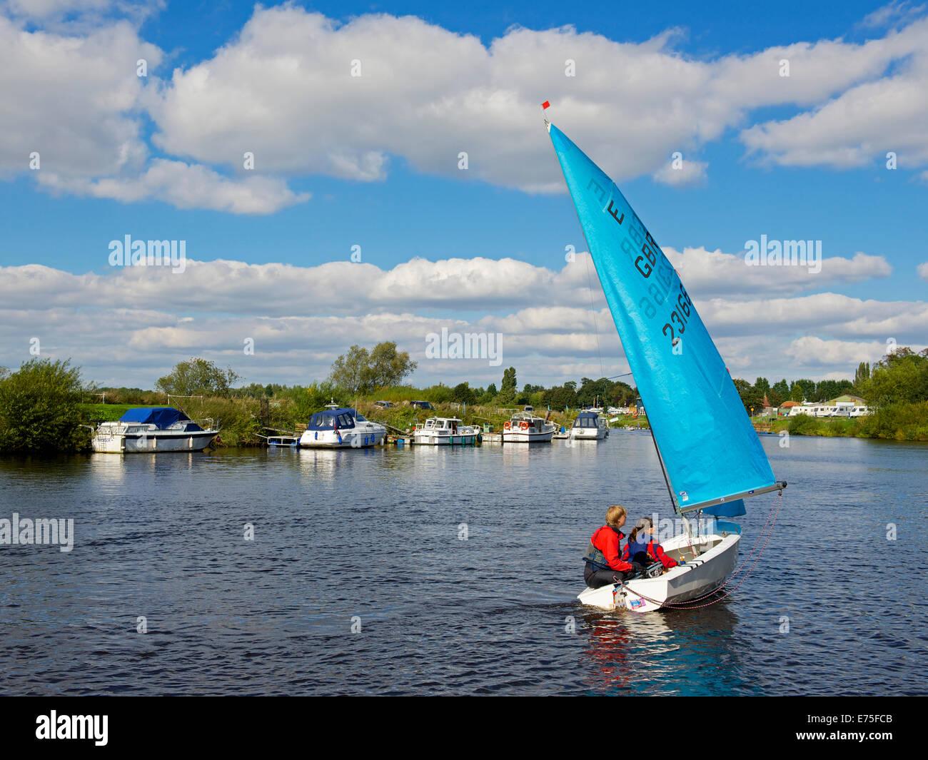 La voile canot sur la rivière Ouse à Naburn, près de York, North Yorkshire, England UK Photo Stock