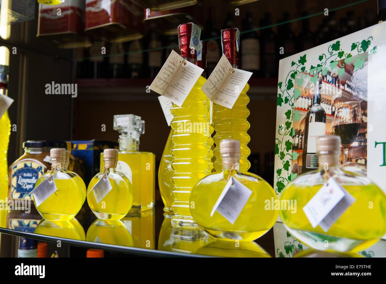 Affichage de Limoncino et Limoncello dans un magasin de vin Enoteca (régionale) Banque D'Images