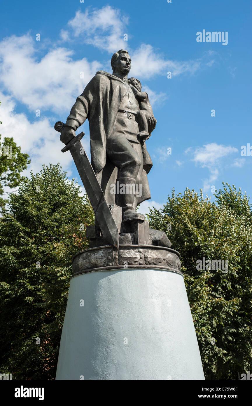 Monument commémoratif de la Seconde Guerre mondiale, soldat avec grande épée dans une posture héroïque, Photo Stock